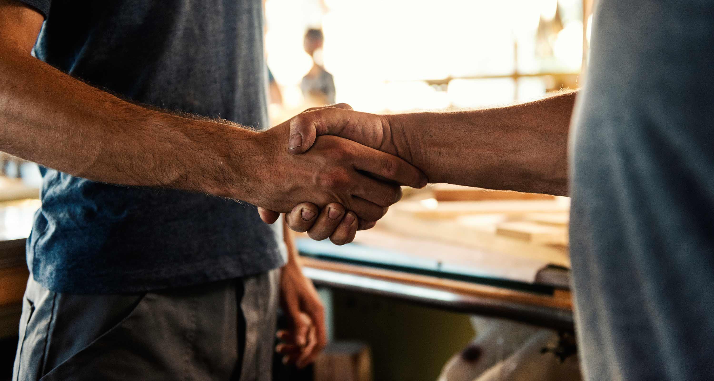 Menschen geben sich bei Koblenz & Jegminat GbR die Hand
